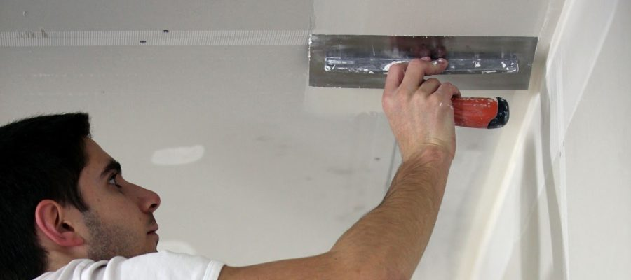 Как нанести шпаклевку на потолок