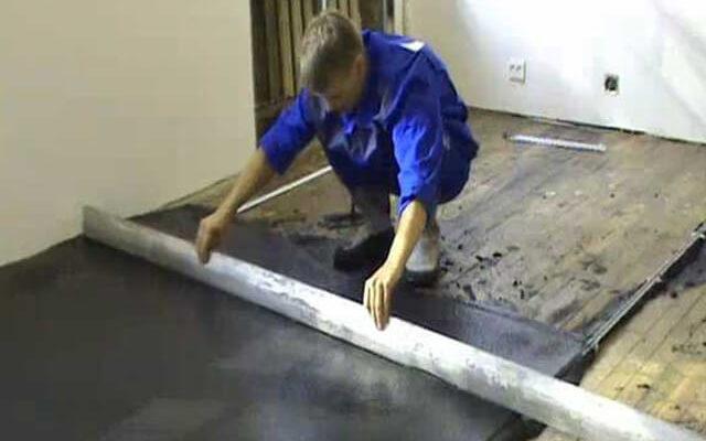Особенности заливки бетонной стяжки на деревянный пол