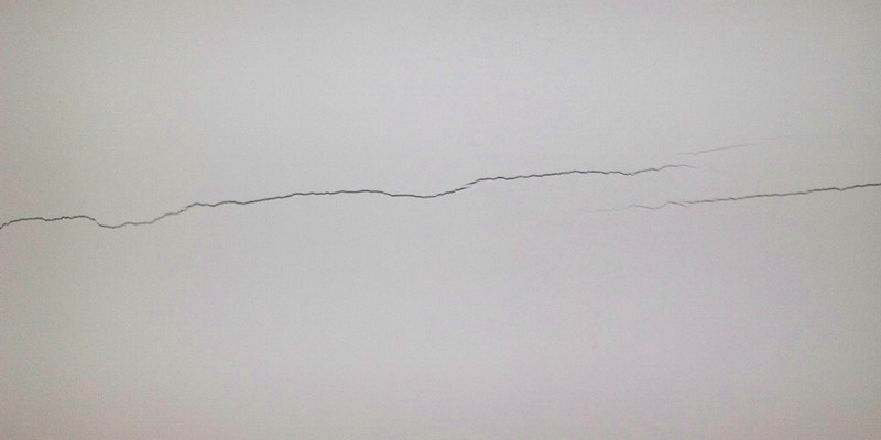 Как избавиться от трещин на потолке